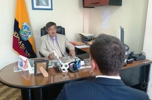 Hugo León conversó con gente del canal privado Teleamazonas.