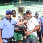 Diego Muñoz, representante de Fedenaligas, entregando el trofeo al campeón.