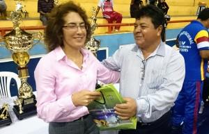 Mercedes Mena recibe un presente por parte de Wilson Díaz, presidente de Fedelban.