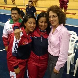 Mercedes Mena siempre estuvo sonriente junto a las deportistas.