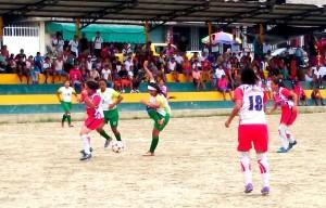 Pastaza (verde) también buscó el arco rival. Al final cayeron vencidas.