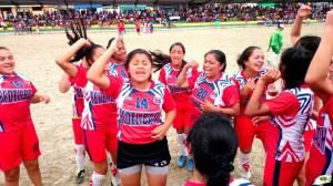 Las chicas de Chimborazo celebran el título nacional de fútbol barrial.